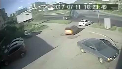 又是刹车失灵!货车路口失控撞上轿车