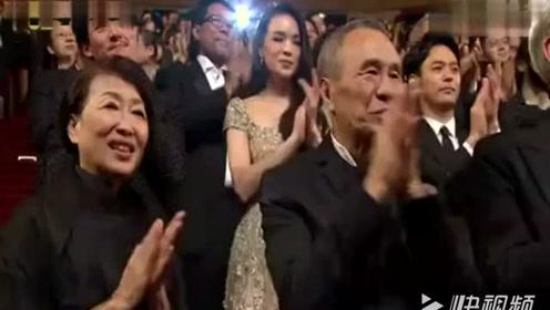 成龙为干妈李丽华颁发金马终身成就奖,全场感动得为她起立!