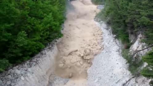 毫无征兆泥石流壮观景象,洪水漂流无情的自然灾害在你面前呈现