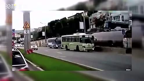 """最惨烈的车祸!公交车""""从天而降""""的画面太吓人了!"""
