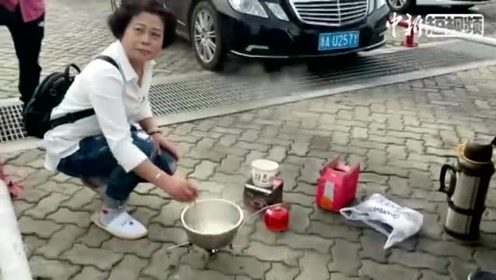 海南万余车辆滞留 旅客路边搭灶台煮面