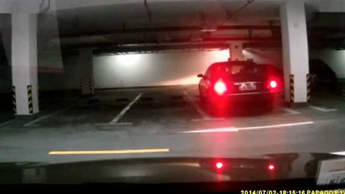 女司机开车防不胜防!停车场倒车都能撞