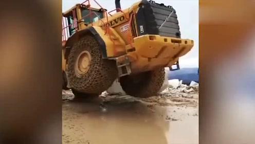 沃尔沃装载机举起这块石头,后面立马翘了起来!