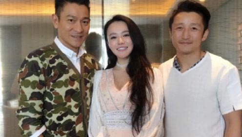 刘德华和邹市明夫妇聚餐合影 照片镜子里刘天王的手很绅士了