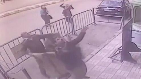 网友实拍5岁男孩坠楼瞬间 埃及警察徒手接住救娃一命被砸伤