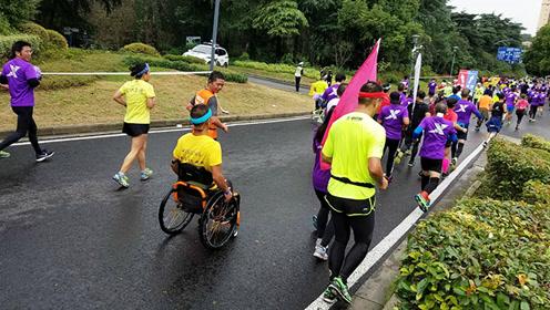 南京马拉松开跑 他用轮椅代替双脚获点赞