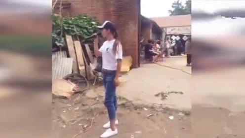 农村办酒席 小媳妇村门口演唱《火苗》,燃爆全场