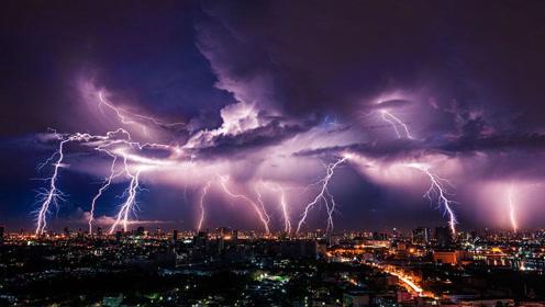杭州突现极端天气 暴雨雷电袭来树木倒成一片