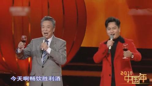 89岁李光曦与云飞同台合唱《祝酒歌》一曲唱罢两人干杯一饮而尽