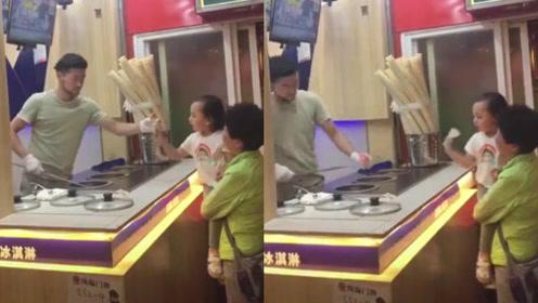 土耳其冰淇淋终于遇到对手了,小女孩:我根本不跟你来啥虚的!