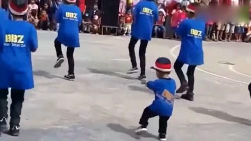 2岁宝宝在广场上跳舞,跳的太好了,真是羡慕!