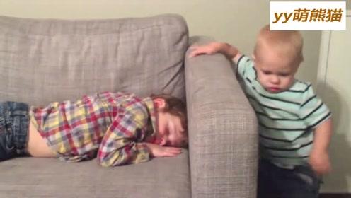 小哥哥困到不行,然而小弟弟就是不让睡,最后都把哥哥给欺负哭了