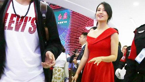 朱丹产后穿红裙现身车展 身材超纤细