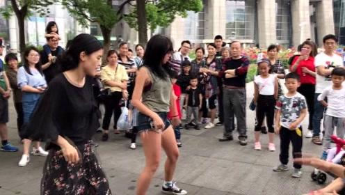 仨老外街头打鼓跳舞嗨翻天 路人自告奋勇加入
