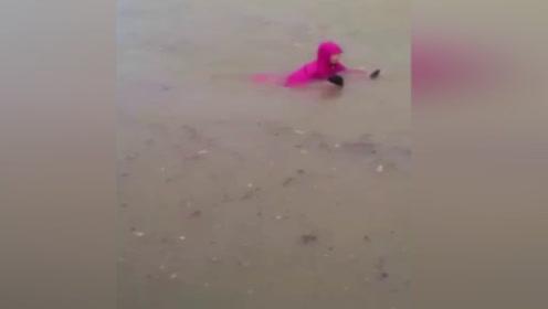 广东暴雨淹城!女子洪水中淡定骑电动车 路人惊叹这是什么牌子