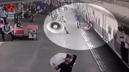 女童摔下列车险些卷进车底 英勇警察冲上去拉回