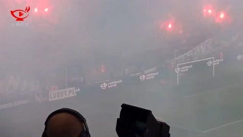 """尴尬了!波兰球迷不小心把横幅""""我们永不燃尽""""烧没"""
