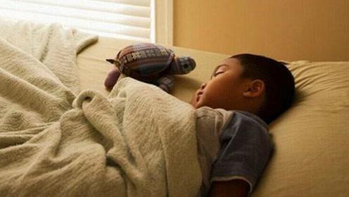 宝宝哭闹不愿分床睡,妈妈说了3句话,宝宝乖乖爬上了自己的床