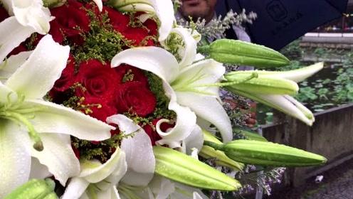 他怀抱鲜花,雨中断桥苦等七个小时,结果女主没来!
