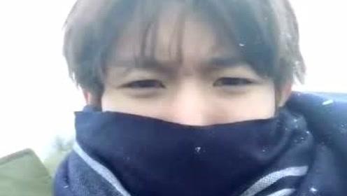 王源穿棉衣戴围巾对抗大雪 皮一下:我都不刚了