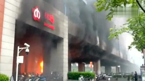 南京地铁3号线林场站失火 现场浓烟滚滚