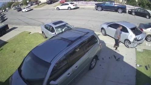 司机小区里漂移 失控直接把别人的车撞烂了