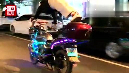 作死!男子闹市骑摩托做俯卧撑:就为了强身健体