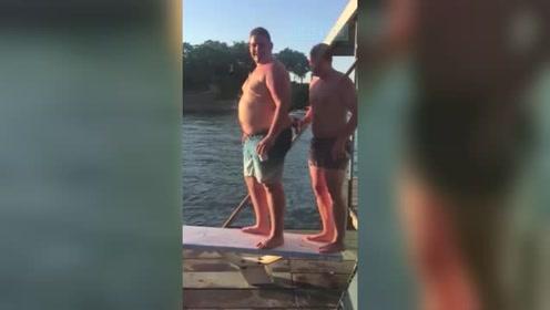 男子压断跳水板狼狈入水 同伴疯狂大笑