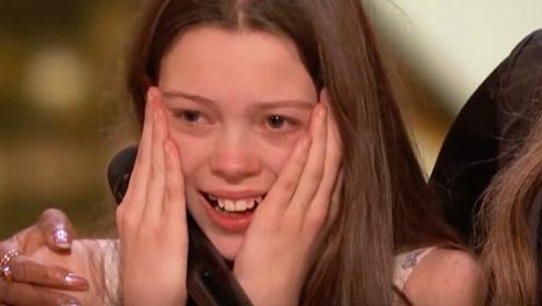 小女孩上台说自己太紧张 一开口却让全场惊讶 评委起立为她鼓掌