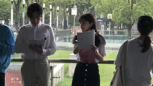网友偶遇Baby上海南站拍新戏 穿短裙长腿纤细似少女