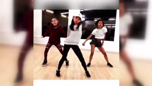 这三个小姑娘看起来只有十多岁,跳舞却已经这么酷了!