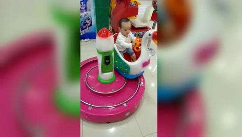 九个月宝宝第一次开玩具车