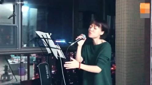 大璇翻唱《背对背拥抱》经典歌曲 引起观众喜爱