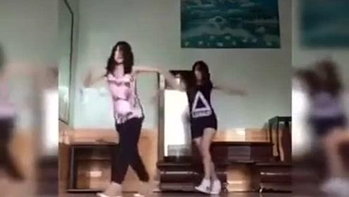 节奏感超强的女生鬼步舞,跳得非常棒!