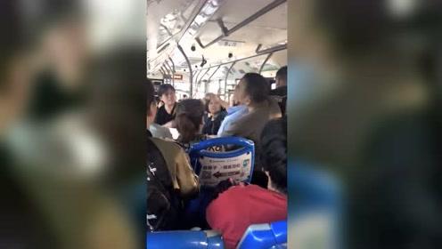 """猖狂!合肥15路公交车上大爷被指骚扰女子 乘客怒喊""""老色狼"""""""