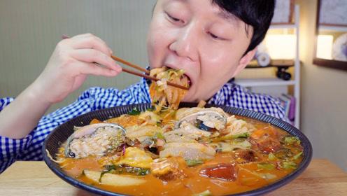 韩国吃货小哥,吃香辣鲍鱼汤面,听听这咀嚼声,吃得太馋人了
