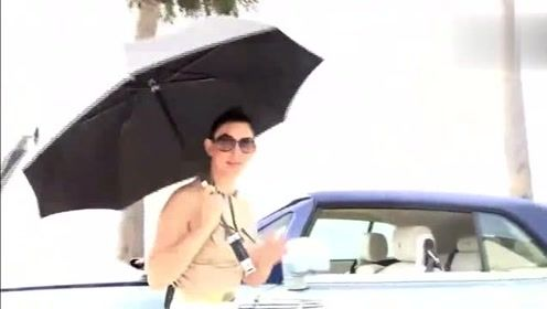 看女司机这样把劳斯莱斯雨伞拿出来