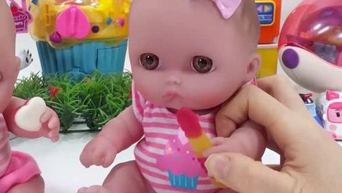 两个宝宝在吃很好吃的糖,开心极了!