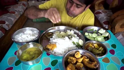 印度大叔直播吃午餐,伙食不好太好,吃的真是一点不剩