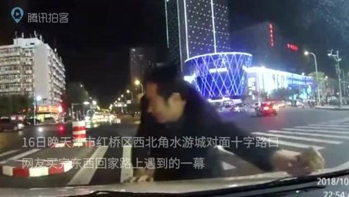 十字路口一男子跑车前撞向窗玻璃 碰瓷未果转头离开