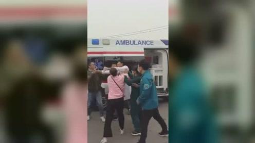 医护人员为抢病人大打出手 家属无奈大喊:出事了谁负责!