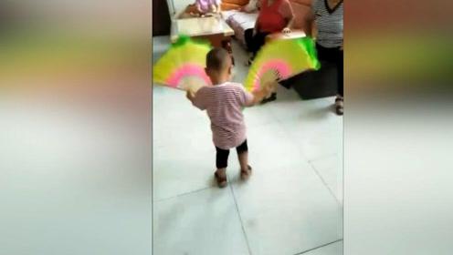 奶奶带大的娃都会跳广场舞,有板有眼厉害了