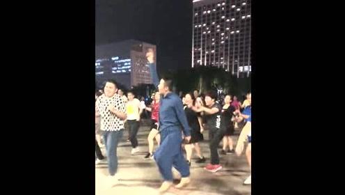 飘逸带风,大叔跳广场舞就是这么自信!