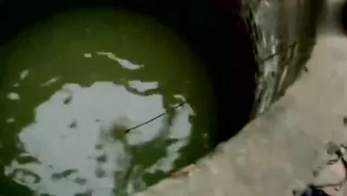 在废弃的旧井中, 这名男子下了网, 但他并不认为这是一件大事