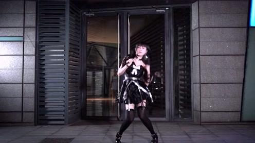美女深夜秀劲舞,一身装扮跳动起来真是耐看