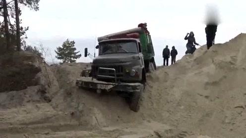 尖头翻斗车,二货司机挑战沙堆,哈哈,这下好了趴窝了