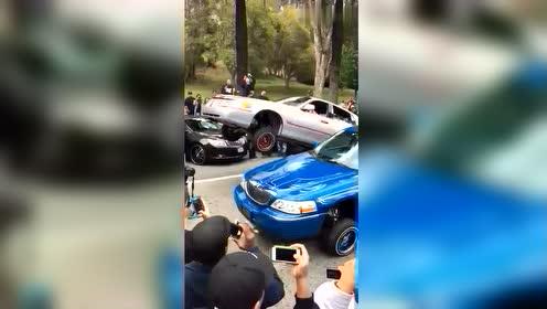 这两辆车都喝酒喝多了吗?为什么自己会蹦蹦跳跳的!