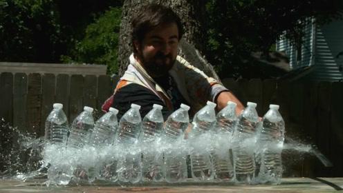 1000倍慢镜头下武士刀砍过矿泉水瓶,挥刀瞬间将力量展现到极致