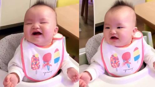 熊黛林假装打喷嚏逗笑女儿 宝宝奶声奶气呆萌可爱