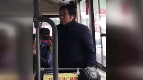 中年男子不停往车内吐口水乘客见状劝阻 男子怒怼有职业病